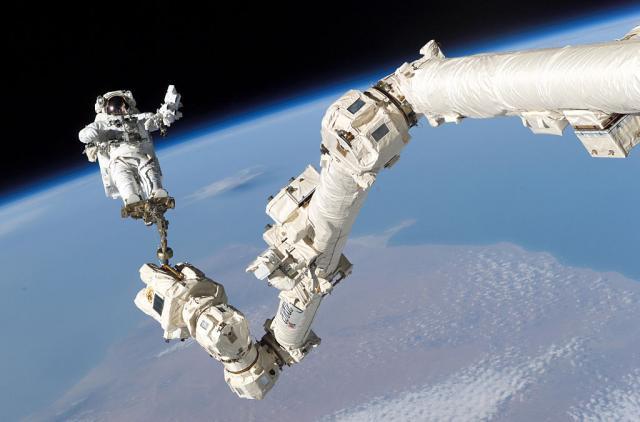 Астронаутите по 6 часа упесшно ја завршија својата прошетка низ вселената (ВИДЕО)