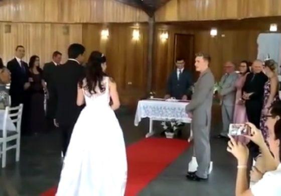Невестата гордо пристигна до олтарот, а тогаш се слушнаа звуци на стенкање (ВИДЕО)