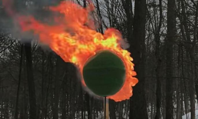 НЕВЕРОЈАТНО: Направи топка од 42.000 чкорчиња кибрит и ги запали (ВИДЕО)