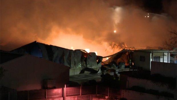 СЕ СЛУШААТ ДЕТОНАЦИИ: Голем пожар во хрватска фабрика (ВИДЕО)