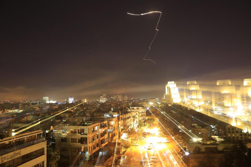 Први снимки од нападот врз Сирија: Гореше небото над Дамаск (ВИДЕО)