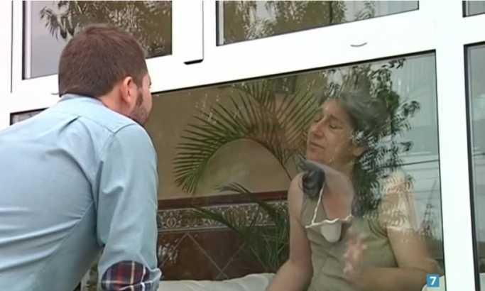 Живее во стаклен кафез веќе 13 години и никој не смее да ја допре (ВИДЕО)