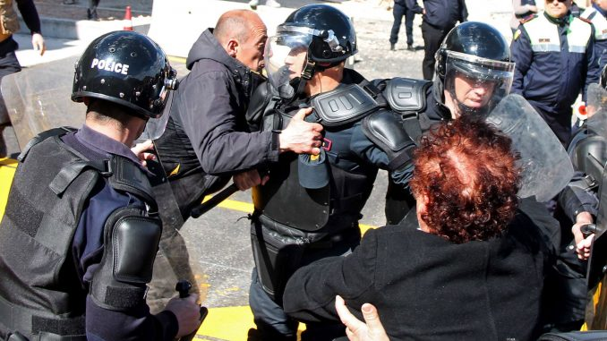 13 лица повредени на простестите во Албанија