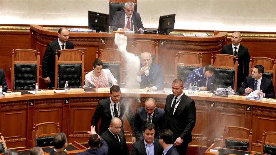 Опозицијата удри со брашно и јајца врз Еди Рама