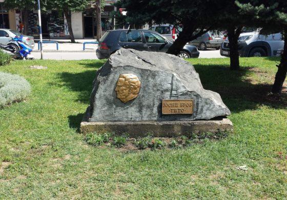 Исчистен споменикот на Тито во Куманово, кој беше вандлизиран вчеравечер (ФОТО)