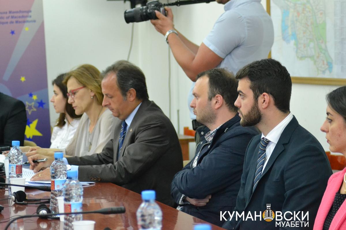 (ГАЛЕРИЈА) Амабасадори на повеќе европски земји дебатираа во Куманово