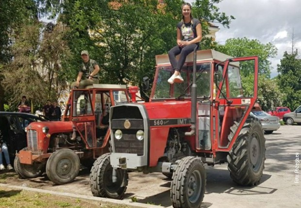 Матурантки во Хрватска на училиште дошле со трактор (ФОТО)