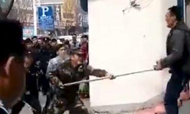 Кинеската полиција е над законот: Реагираат брутално и сурово, а никогаш не одговараат за постапките (ВИДЕО)