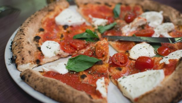 Целиот живот пицата ја јадеме погрешно: Италијански кувар ја открива вистинската тајна
