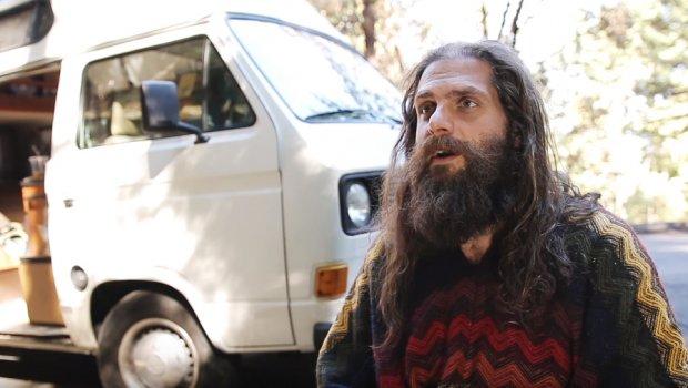Милионер по сообраќајната несреќа, го дал целото богатство за да им помогне на другите (ВИДЕО)
