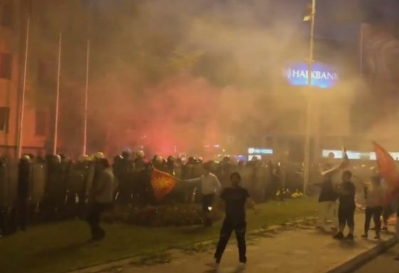 Седум полицајци повредени и 25 приведени лица по протестите во Скопје