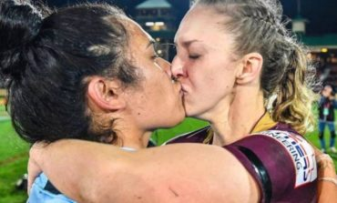 Играле за спротивни екипи, но натпреварот го завршија со страствен бакнеж (ФОТО)