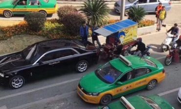 Сиромашен возач удри во скапоцен автомобил: Неговата реакција го растажи светот (ФОТО)