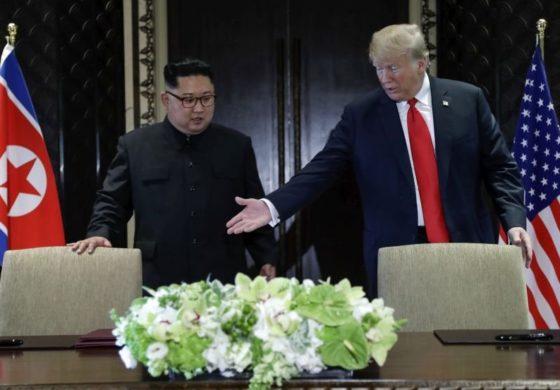 Момент пред потпишување на договорот сестрата на Ким направи нешто неочекувано (ВИДЕО)