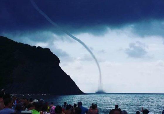 Застрашувачки глетки на плажата: Капачите панично бегаа од морето (ВИДЕО)