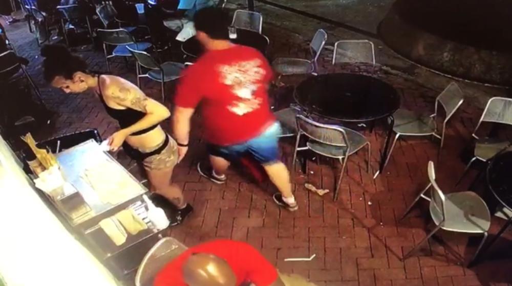 Ја фати келнерката за задник, но таа не остана должна (ВИДЕО)