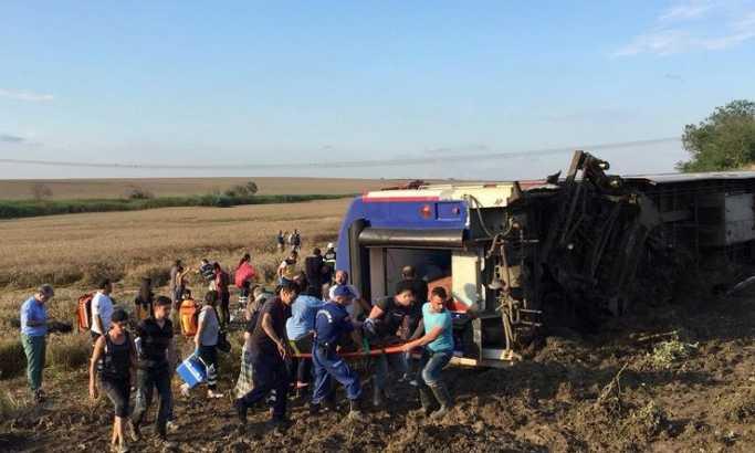 Воз излета од шини во Турција, 10 загинати, 73 повредени (ФОТО+ВИДЕО)
