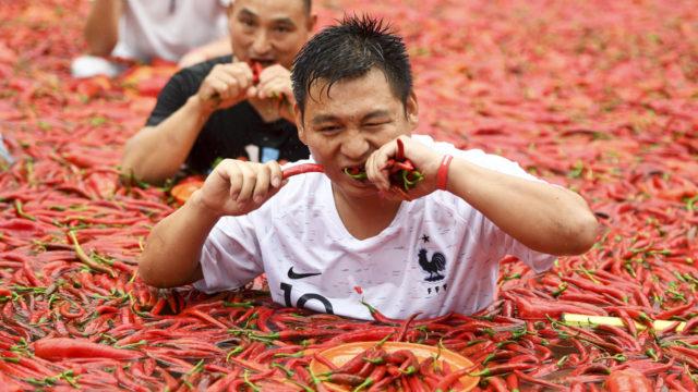 ЛЕКАРИТЕ ГО ЧЕКАА ПОДГОТВЕНИ: Момче изеде 50 лути пиперчиња за минута (ВИДЕО)