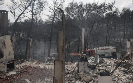 ГРЦИЈА ВО ЖАЛОСТ: 74 загинати во пожарите околу Атина (ФОТО+ВИДЕО)