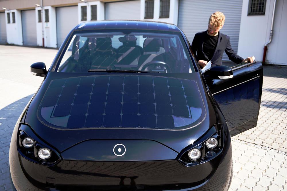РЕВОЛУЦИЈА: Во Германија се појави автомобил на сонце (ФОТО)