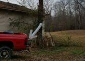 Никад не га паркирај авто под дрво што планираш да га исечеш (ВИДЕО)