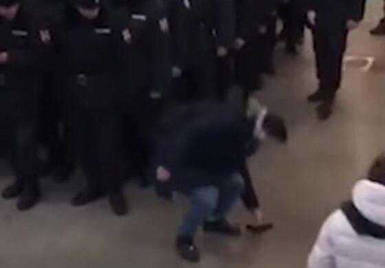 Малер, будала или нешто трето? Му испадна телефонот пред кордон полиција (ВИДЕО)