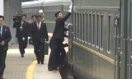 Телохранителите на Ким Џон Ун во трчање го бришеа возот во кој патува (ВИДЕО)