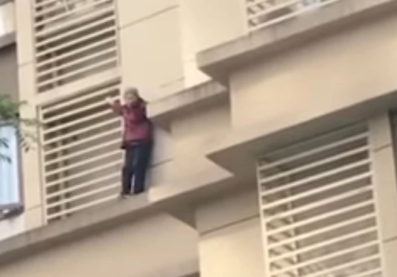 Ја заклучиле бабата дома, а таа одлучила да избега низ прозорец на 14. кат (ВИДЕО)