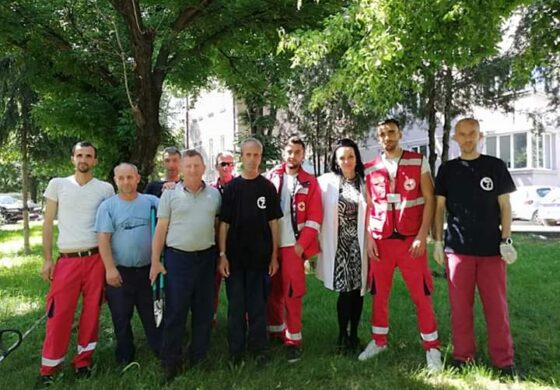 Членови на Црвен Крст помагаа во чистењето на дворот на Општа болница Куманово