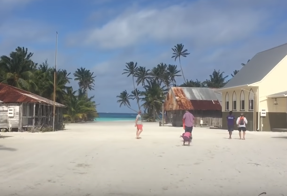 На овој остров може да се пристигне по 9 дена пловење, има 62 жители, сите потомци на еден човек (ВИДЕО)
