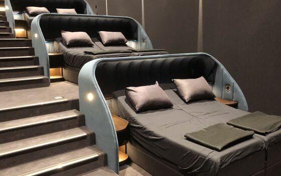 СОВРШЕНО: Во оваа кино наместо седишта, има кревети (ФОТО)