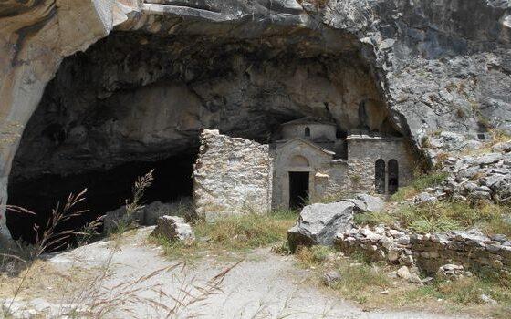 Во оваа пештера водата капе од подот кон плафонот, а телефоните се расипуваат (ФОТО)