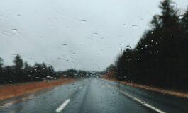 Сообраќајот на државните патишта се одвива без забрани, по влажни коловози