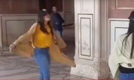 Снимка на две девојки кои играат во џамија ги разлути верниците (ВИДЕО)