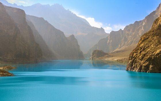 Ова езеро во Пакистан е старо само девет години, но поради бојата е веќе атракција (ВИДЕО)