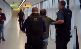 Пијан маж направи хаос на аеродром, а потоа му кажа на полицаецот дека го сака (ВИДЕО)