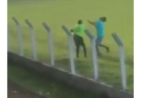 Судија нокаутираше хулиган кој влета на теренот (ВИДЕО)