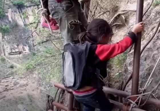 Село отсечено од светот: За да отидат некаде, мора да се искачат на огромна карпа (ВИДЕО)