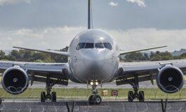 Патник во авион тргнал во тоалет низ излезот за итни случаи