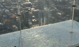 Најпознатиот стаклен видиковец започна да пука под нозете на посетителите (ВИДЕО)