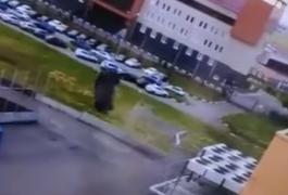 Лада проби ограда и два пати се преврте, возачот излезе неповреден (ВИДЕО)