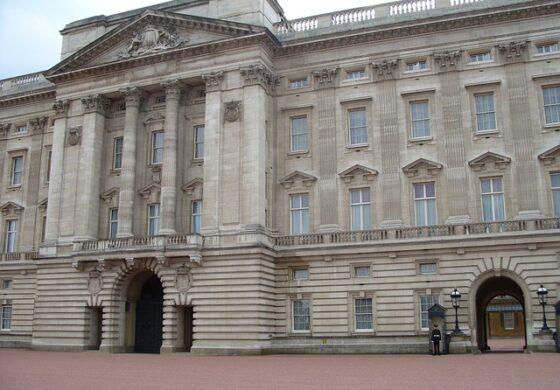 ПРОПУСТ НА ОБЕЗБЕДУВАЊЕТО: Маж среде ноќ влегол во Бакингемската палата, од кралицата го делеле неколку метри