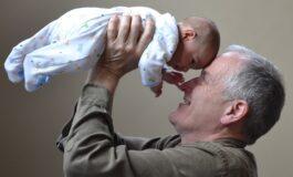 Децата чувани од бабите и дедовците израснуваат во пољубезни и попаметни тинејџери
