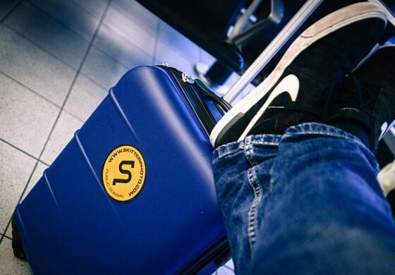 Облече 15 маици за да не доплаќа за багажот во авион (ВИДЕО)