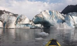 Возеа кајак покрај глечер, кога мразот започна да лета на сите страни (ВИДЕО)