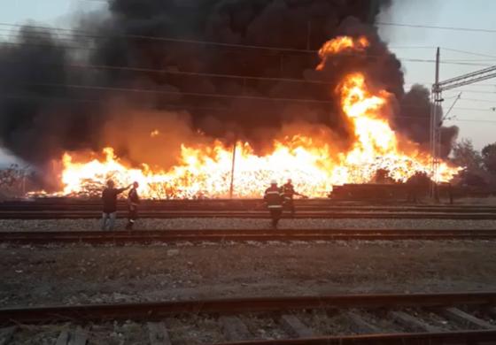 Доцна утринава изгаснат пожарот кај Железничката станица во Куманово (ФОТО+ВИДЕО)