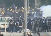 Со солзавец полицијата во Хонг Конг ги растера демонстрантите (ВИДЕО)