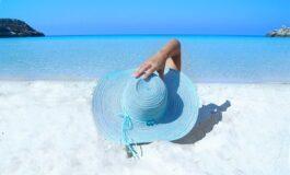Девојка во Црна Гора одлучи да не и останат траги од сончање ниту на меѓуножјето (ФОТО)