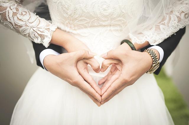 ВУЛГАРНО ИЛИ ОРГИНАЛНО? Пар испратил покани за венчавка, луѓето се навредиле (ФОТО)
