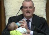 Додека пратеникот дебатира, претседателот му го храни бебето (ВИДЕО)